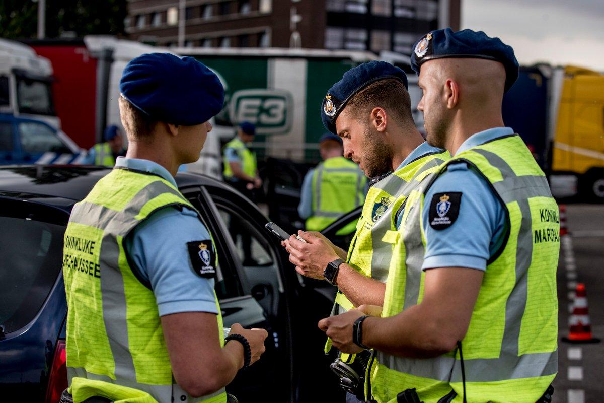 test Twitter Media - Tijdens een controle Mobiel Toezicht Veiligheid langs de A4 bij Hoogerheide heeft de Marechaussee donderdag een 40-jarige Poolse man aangehouden op verdenking van mensensmokkel. In zijn voertuig zaten 2 Oekraïense mannen met valse identiteitsdocumenten: https://t.co/uDTVbQ8AXn. https://t.co/Lb1C6HL0e1