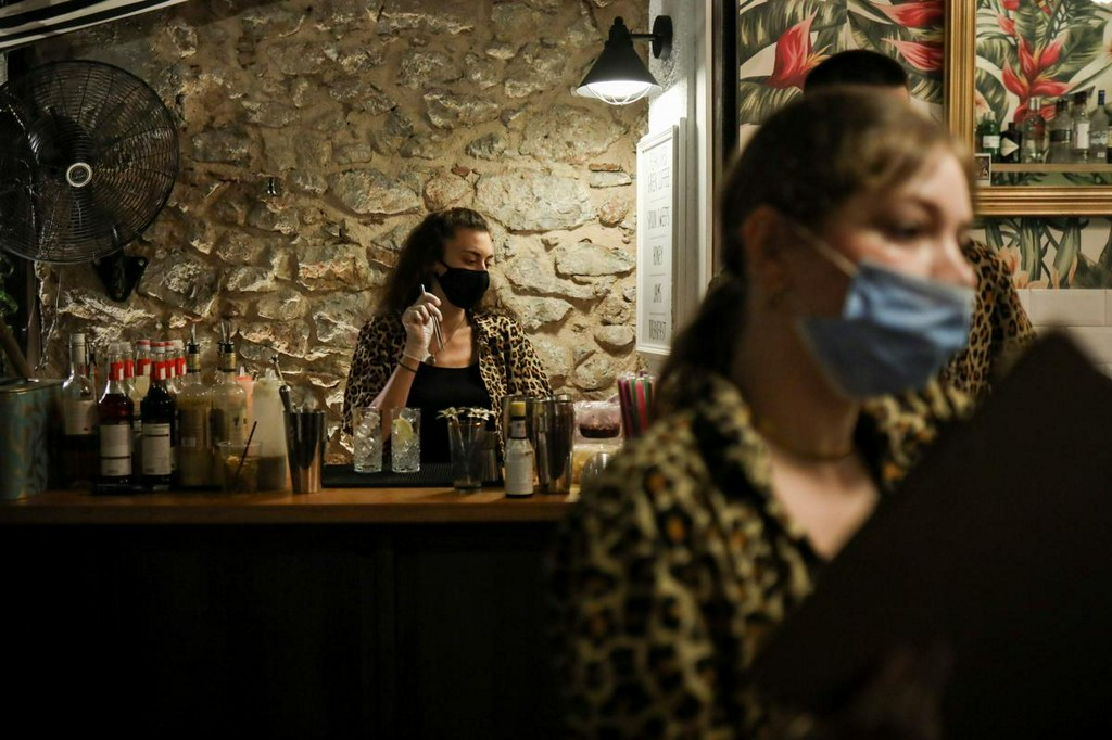 Greece rolls out more restrictions to fight rising COVID infections https://t.co/DyyV4NAgpC https://t.co/OZqTp8Gr6l