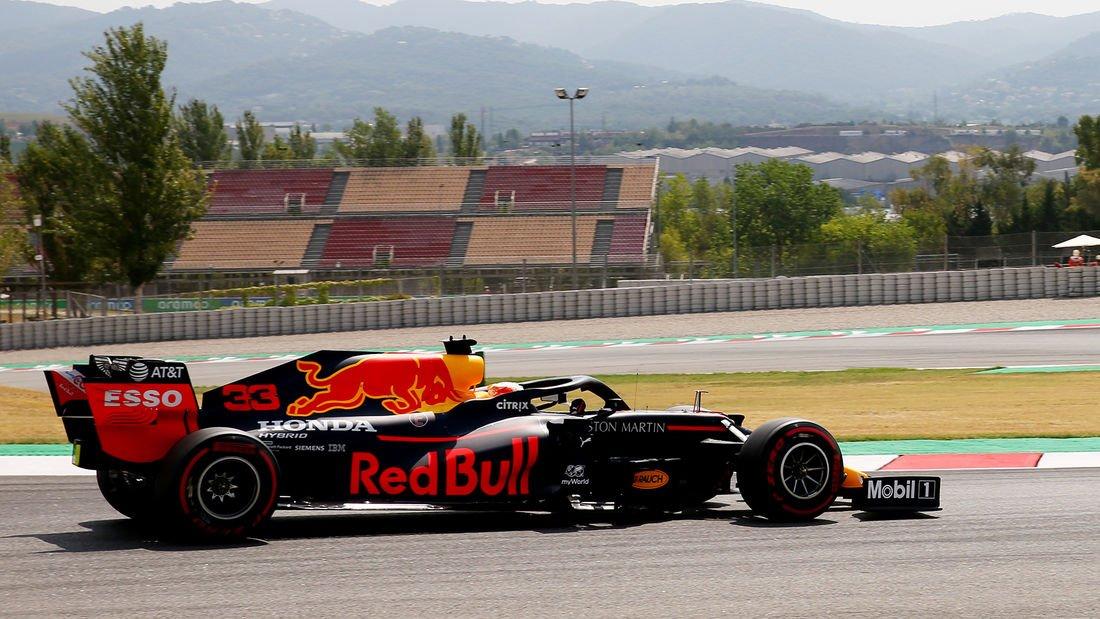 """#F1 🇪🇸 #SpanishGP - Viernes  🎙️#Verstappen """"El coche ha ido bastante bien y, en general, ha sido un día positivo. A una vuelta, claramente aún tenemos carencias respecto a Mercedes, pero en las tandas largas, el coche va muy bien, que es lo importante el domingo"""" https://t.co/BFcGqwpbi5"""