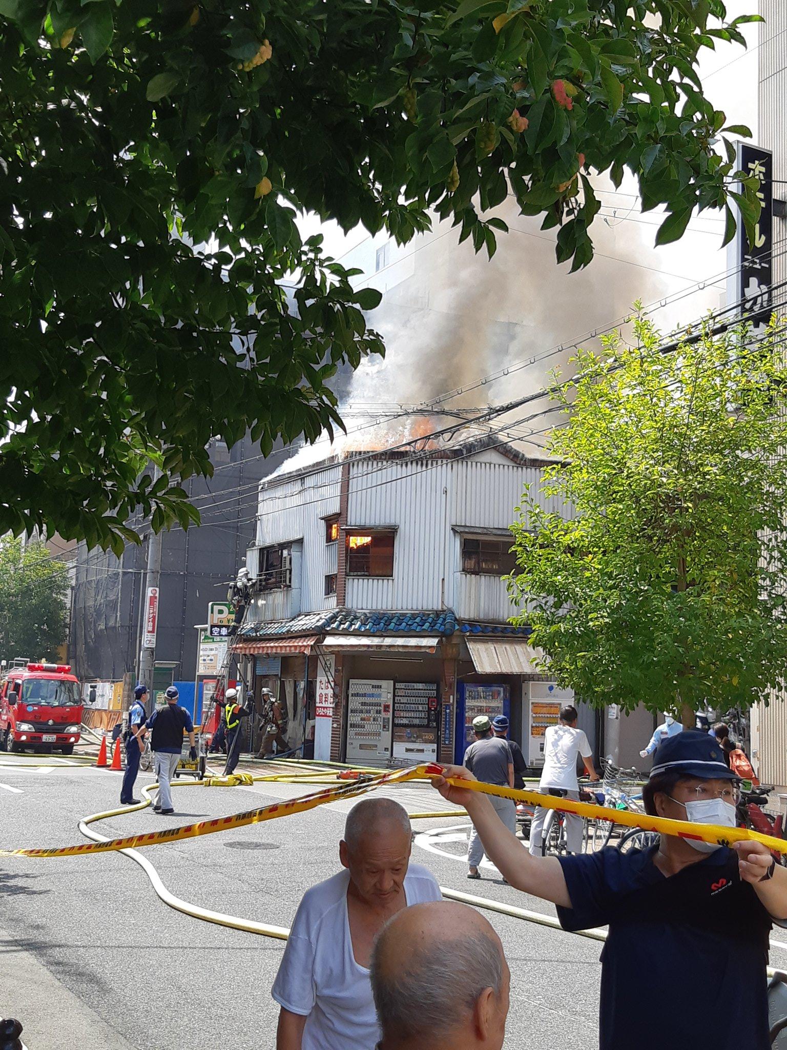 大阪市西成区萩之茶屋の建物で大きな火事が起きてる画像