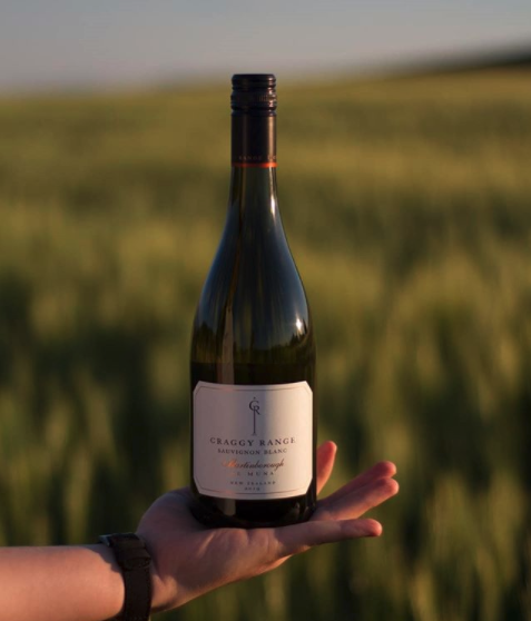 """Our Craggy Range, Sauvignon Blanc, vintage 2019, Martinborough Te Muna, """"The nose is of elegant elderflower, with hints of citrus. I can't quite say why but when you smell it, you can tell straight away it's from New Zealand"""" Repost @Wine_Rover   #craggyrange #nzfood #hawkesbay https://t.co/l7potZlc7T"""