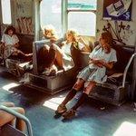 まるで映画の風景?通学する1970年代の女学生たち!