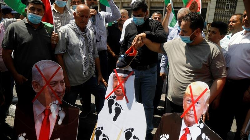 Hundreds of Palestinians Friday took to the streets in West Bank, burning the #UAE flag and pictures of Crown Prince Mohamed bin #Zayed to protest the UAE's growing ties with #Israel. #Palestine #UAEIsrael #Turkey https://t.co/zvsBR4c7yx