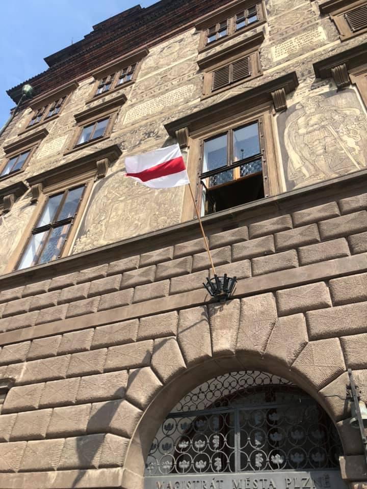 1.června 1953 Plzeňané jako první ve východním bloku povstali proti komunistickému režimu. A tak jsme v duchu této tradice vyjádřili podporu občanům Běloruska, kteří vedou statečný zápas proti režimu diktátora Lukašenka, a na plzeňskou radnici vyvěsili běloruskou vlajku. https://t.co/or8IQEqgbG
