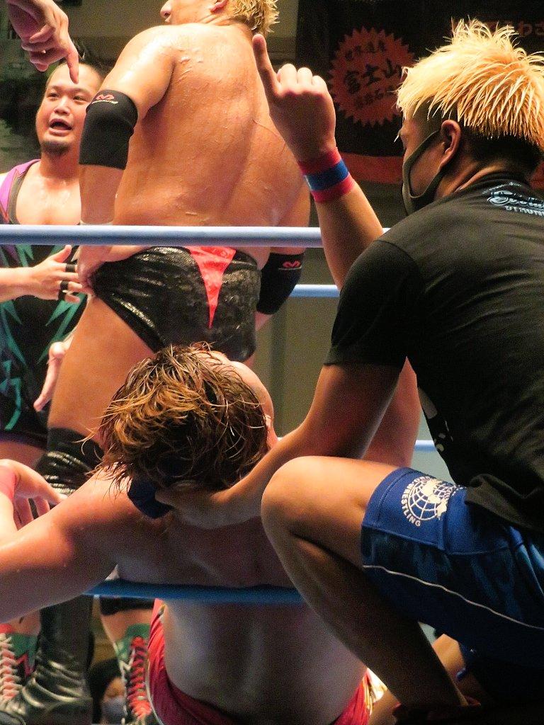 試合中ずっと揉めてた岡林さんにいつものポーズをピッサリに変えられた健斗くんをどうぞ https://t.co/mlB7aePo6X