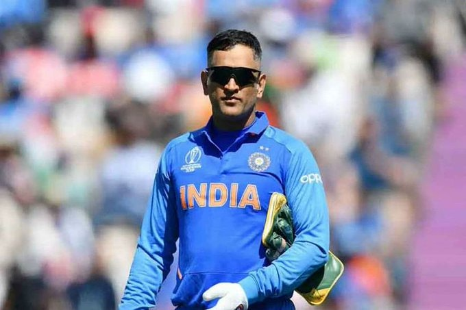 #dhoniretires: MS Dhoni has announced his retirement from all forms of cricket. Share your thoughts... https://pic.twitter.com/WT0IpNgzLu