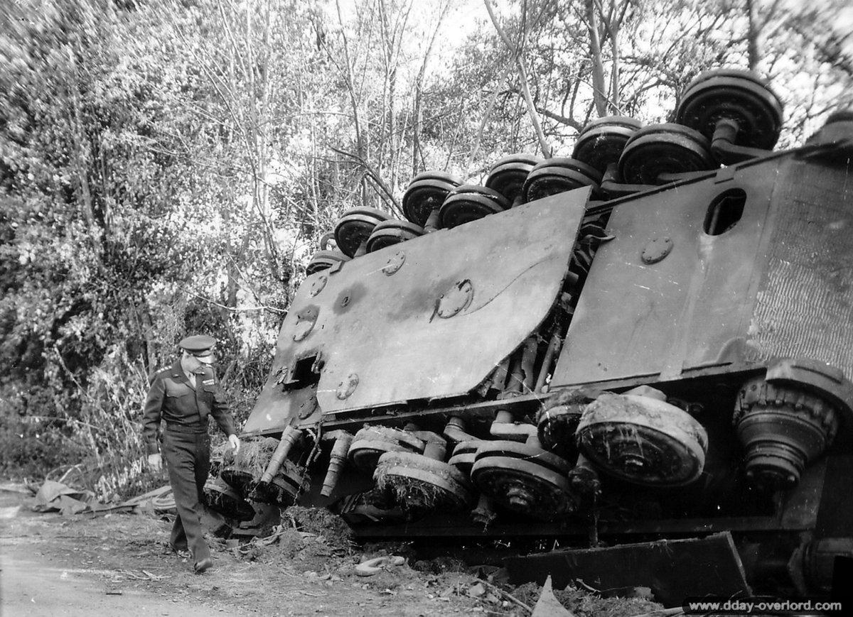 [#DDay76] 🇬🇧 #OTD August 26, 1944: General #Eisenhower in front of a Tiger II overturned by the blast of the Allied bombardments near Chambois.  [#DDay] 🇫🇷 26 août 1944: le général Eisenhower devant un Tiger II retourné par le souffle des bombardements alliés à Chambois.  📸NARA https://t.co/dytKtbiwe2