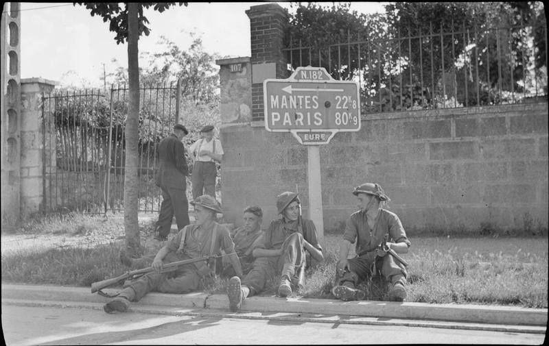 [#DDay76] 🇬🇧 #OTD August 27, 1944: troops resting by a signpost in Vernon.  [#DDay] 🇫🇷 27 août 1944: des soldats se reposent au pied d'un panneau signalétique à Vernon.  📸 IWM #WW2 #Histoire #Histoire #Normandie #Vernon https://t.co/B99OzjPSXN