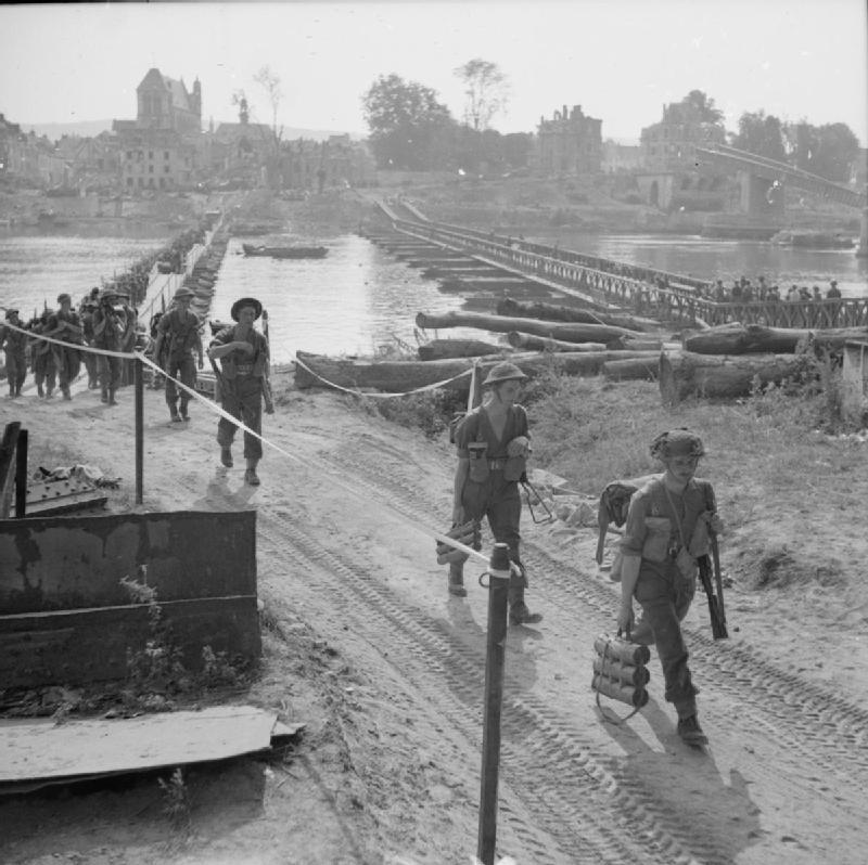 [#DDay76] 🇬🇧 #OTD August 28, 1944: British Infantry of the Royal Hampshire Regiment crossing the Seine at Vernon.  [#DDay] 🇫🇷 28 août 1944: des soldats britanniques du Royal Hampshire Regiment traversent la Seine à Vernon.  📸IWM B9743 #WW2 #Histoire #Histoire #Normandie #Vernon https://t.co/9x9K6w7N0R