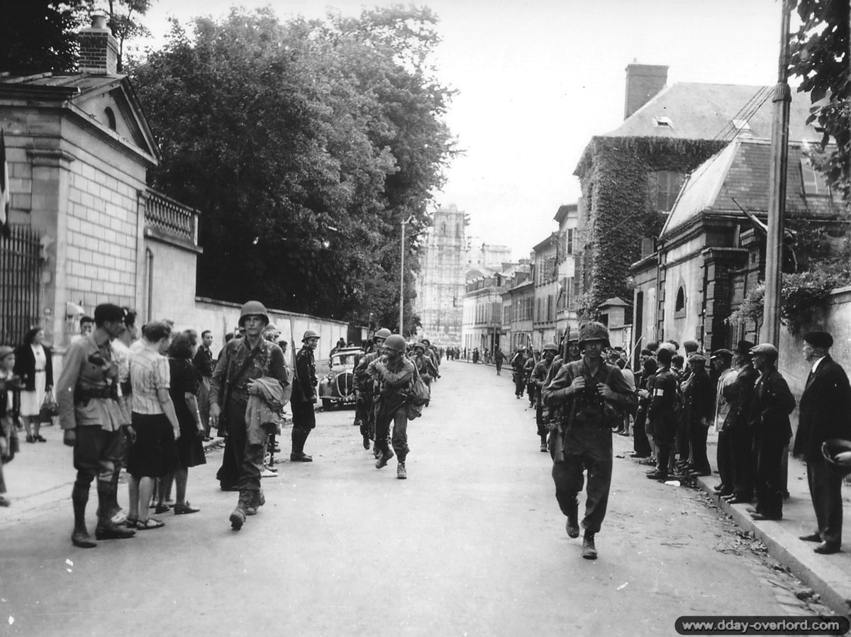 [#DDay76] 🇬🇧 #OTD August 25, 1944: American soldiers of the 117th Infantry Regiment, 30th Infantry Division, in Evreux.  [#DDay] 🇫🇷 25 août 1944: des soldats américains du 117th Infantry Regiment, 30th Infantry Division, dans #Evreux.  📸NARA #WW2 #Histoire #Histoire #Normandie https://t.co/fIHo9tswyJ