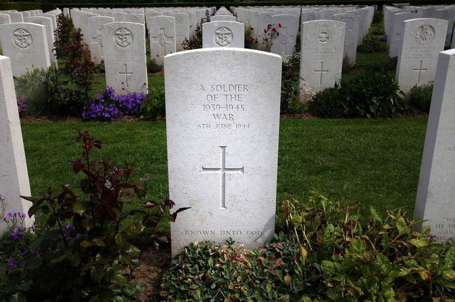[#DDay76] 🇬🇧 Thank you for following this daily retrospective of the Battle of Normandy. Lest we forget!  [#DDay] 🇫🇷 Merci d'avoir suivi cette rétrospective quotidienne de la bataille de Normandie. N'oublions jamais les sacrifices de nos libérateurs !  Marc Laurenceau https://t.co/09Y6tM6cDo