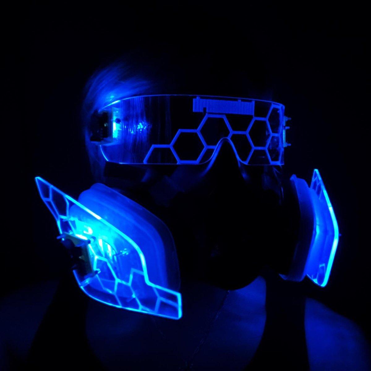 先っぽ折れたから短くしました お手持ちの3M防毒マスクに付けるキットとして販売したら需要はあるのかしら🤔  LEDはスイッチングで7色発光 フィルター部にねじ止めする方式です  #cycer #cyberpunk #cyberfashion #pdc #アーティズムマーケット https://t.co/WsOJ2sHAxq