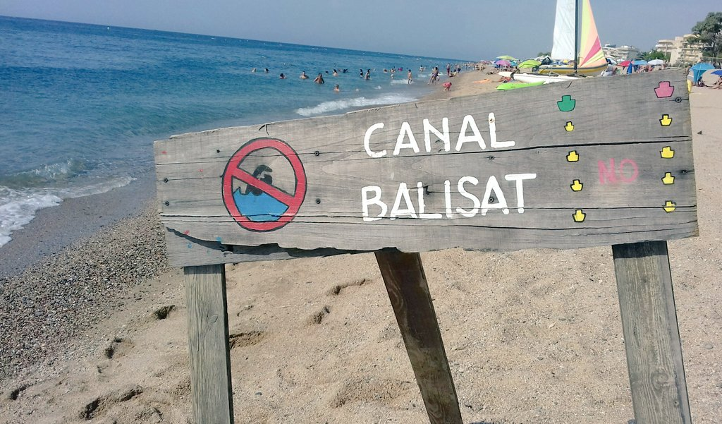 Limítrof amb la zona nudista, al final de la Via Brava @ViesBraves Pescadors-Pins #pinedademar #costadebarcelona #maresme #barcelona, un cartell, de traç casolà, indica bany prohibit en ser canal d'entrada i sortida de la base nàutica @Fa_Nautica   #natacio #aigüesobertes #girona https://t.co/5Vg3QAJADm