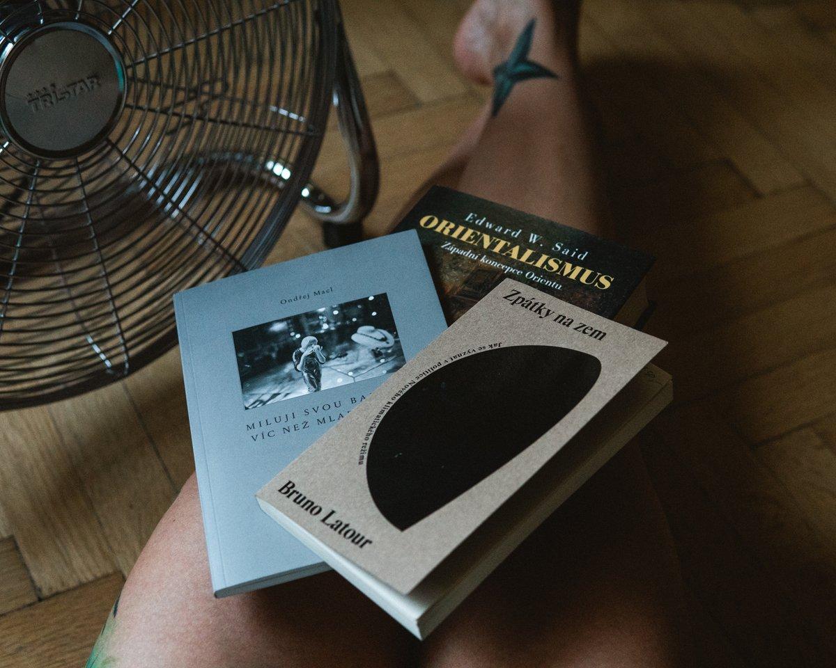 """#doslovpodcast má nový díl s podtitulem """"Mělo se to jmenovat Oslí můstek"""". S @ondrejlipar se v přehřátém městě na pokraji klimatického kolapsu pokoušíme bavit o knihovnách, poezii i non-fiction. Poslouchejte např. na Spotify, protože na to mám odkaz. 🤓 https://t.co/2WkqgqH1jl https://t.co/1GIxNRK5XC"""