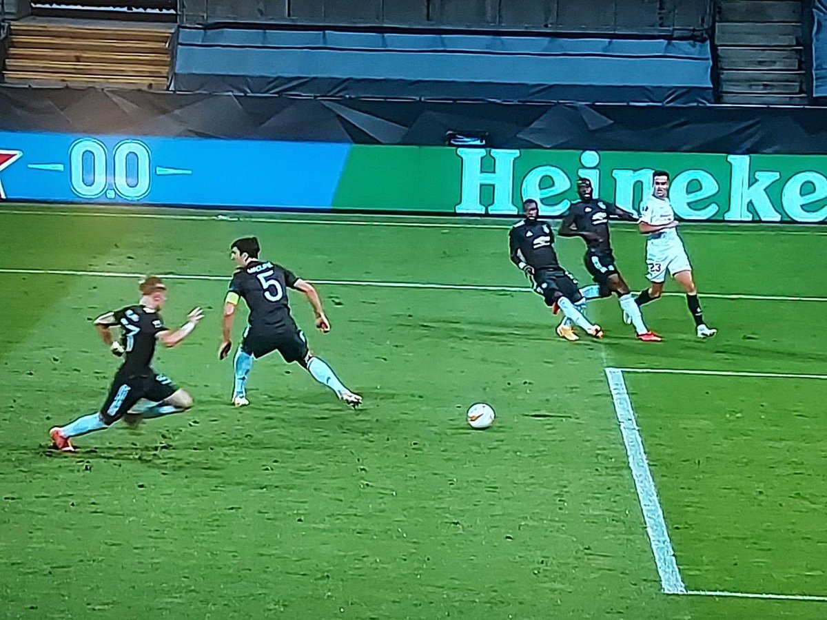 Forget Firmino's no look finish, Harry Maguire has mastered the art of no look defending #SEVMUN #EuropaLeague https://t.co/SpBB8Mr8YR