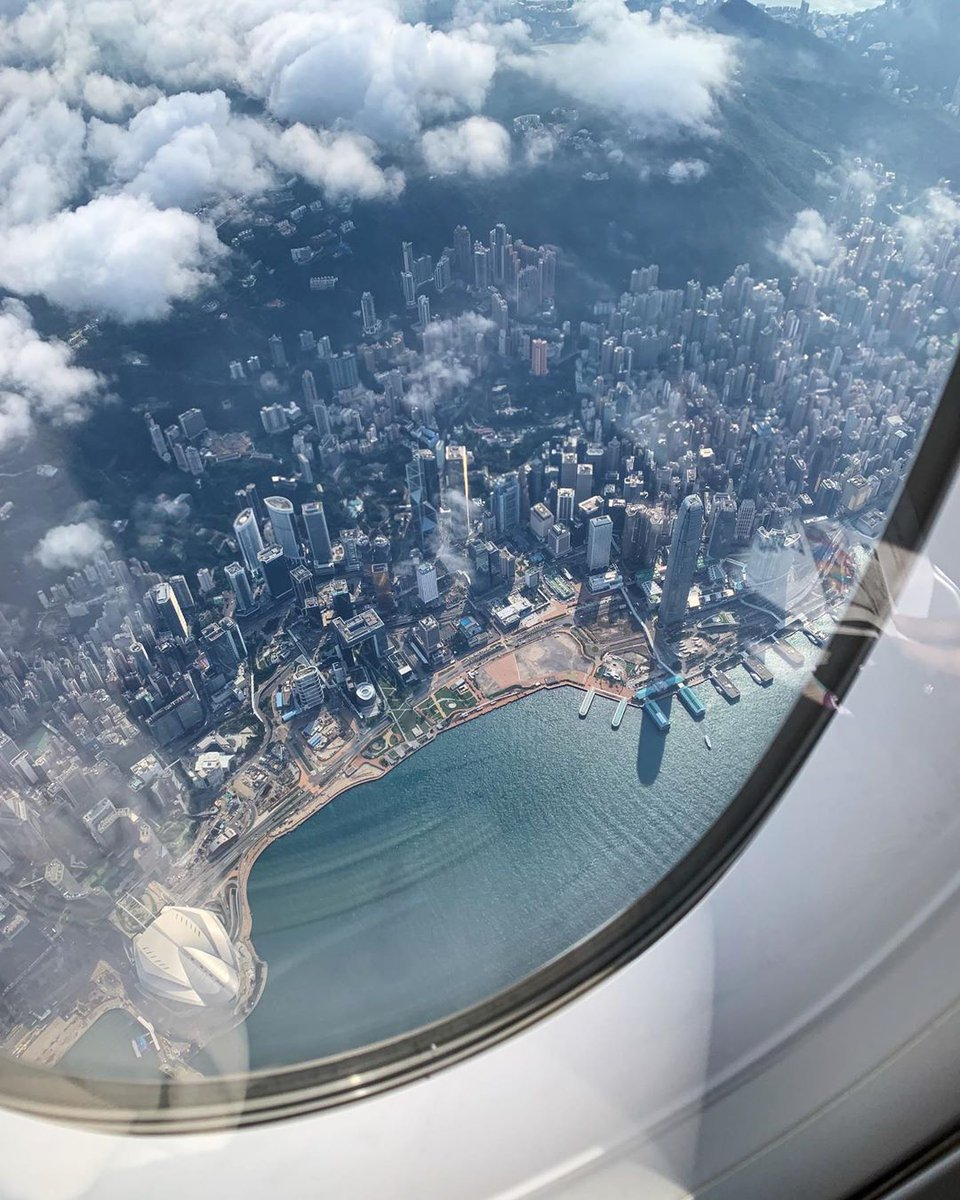 When seen from above, #HongKong is a sight to behold. On both sides of Victoria Harbour, skyscrapers 🏙️ reach for the clouds against a dramatic backdrop of mountains. ⛰️ Where are our window seaters? 🙋‍♀️🙋‍♂️  📸: IG@alenabachilo https://t.co/UHW3mr1knW