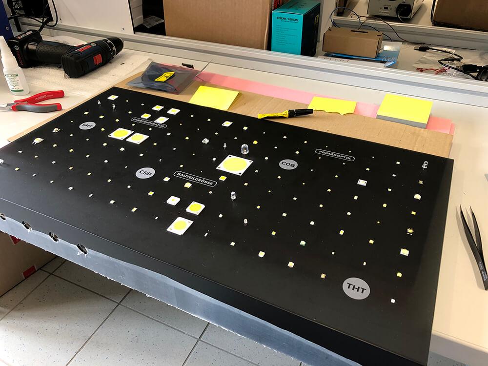 """#LED ist nicht gleich LED  132 Typen unterschiedlicher Größe, Bauart oder Leistung zeigen im <a class=\""""link-mention\"""" href=\""""http://twitter.com/flux_nrw\"""" target=\""""_blank\"""">@flux_nrw</a> die Vielfalt der #Technologie. Ganz schöne Fummelei, die Dinger anzukleben🔍Ruhige Hand und langsam Atmen 😅 #MINT #Licht #Lighting #Schülerforschungslabor <a href=\""""https://t.co/THPLNFfxC7\"""" class=\""""link-tweet\"""" target=\""""_blank\"""">https://t.co/THPLNFfxC7</a>"""