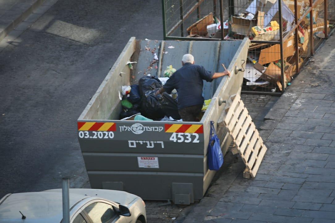 בגלל נתניהו וישראל כץ עשרות אלפי ישראלים קשישים מחפשים אוכל בפחי אשפה EfoRdwXXgAIQEYg?format=jpg&name=medium