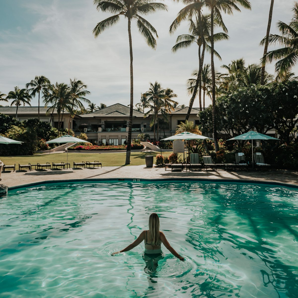 Bask in that summer glow. #MondayBlues 📸: @anda1000words  #FairmontOrchid #Hawaii #OnlyAtTheOrchid #HawaiiIsland #Fairmont #FairmontHotels #PoolSide #Summer #Paradise https://t.co/p0daQ8xiiI