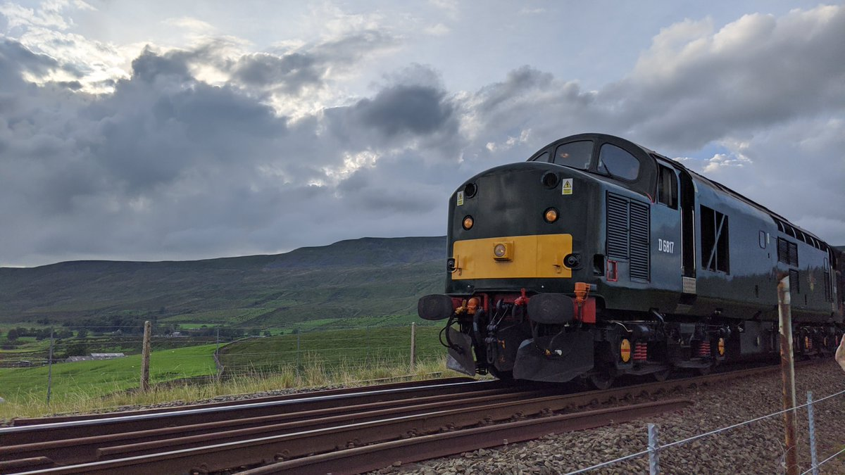 Still shots of D6817 & 47 712, crossing the Ribblehead Viaduct, 17/8/20, in the direction of Settle.  #RibbleheadViaduct #Ribblehead #diesel #diesellocomotive #dieseltrain #dieselengine #D6817 #LadyDianaSpencer @setcarrailway @ScotRail https://t.co/VHDm9vt7lc