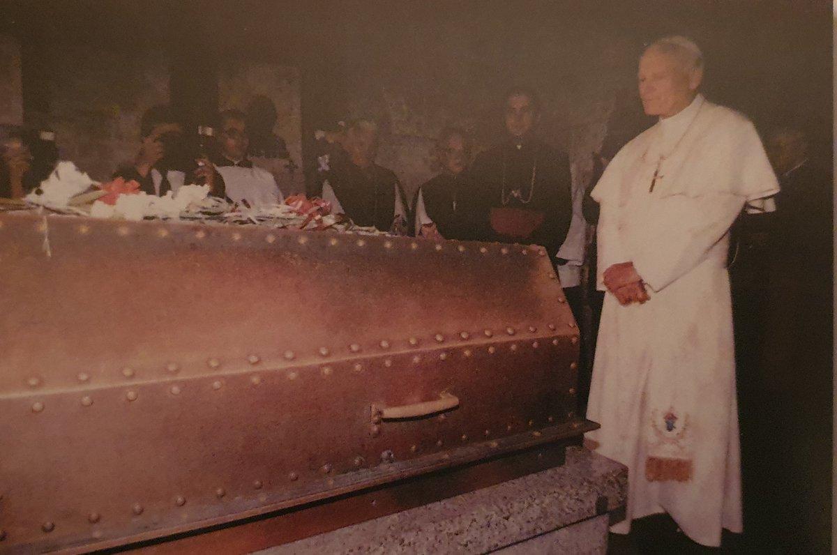 """""""Ich trage seit meiner Geburt in mir eine große Verpflichtung gegenüber denen, die damals den Kampf gegen den Angreifer aufgenommen und gesiegt haben."""" Johannes Paul II. am Grab von Marschall Piłsudski im August 1991. #SchlachtvonWarschau #PolnischSowjetischerKrieg #Victoria1920"""