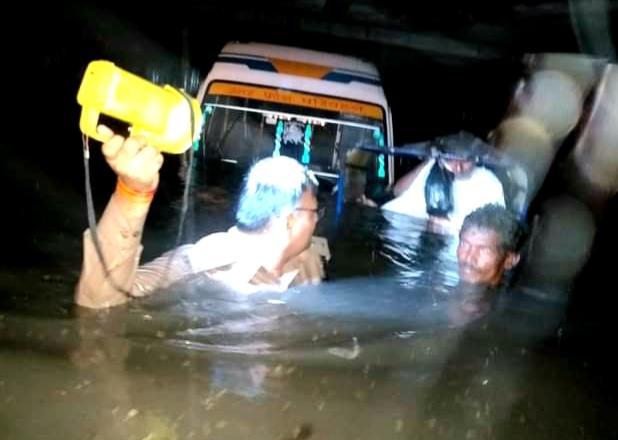 सराहनिय कार्य 🙏🙏🙏👍👍👍 कल रात्रि में बारिश के कारण मथुरा स्थित नए बस स्टैंड स्थित ओवर ब्रिज के नीचे यात्रियों से भरी हुई बस पानी में डूब गई। त्वरित कार्यवाही करते हुए प्रमोद शर्मा, चीफ फायर ऑफीसर व रेस्क्यू टीम ने सभी लोगों को सकुशल बाहर निकाला। पूरे दल का हार्दिक अभिनन्दन ।