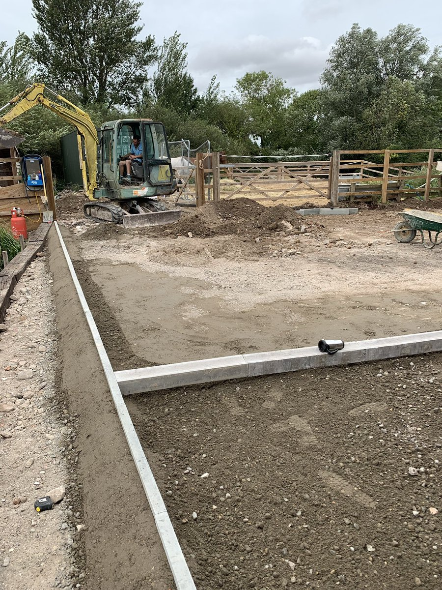 The area was screeded & then came the back breaking, thigh killing job of laying 80sq metres of blocks...about 4000 laid in 2 hours! If only it were an olympic sport 😃 You can see Matt taking a well earned breather..next is concreting..fingers crossed that dark cloud goes away🌦