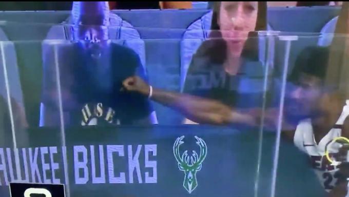 【影片】熱火新領袖和老大哥互動!韋德出現在觀眾席上,Butler上去與其擊掌卻慘遭「無視」!