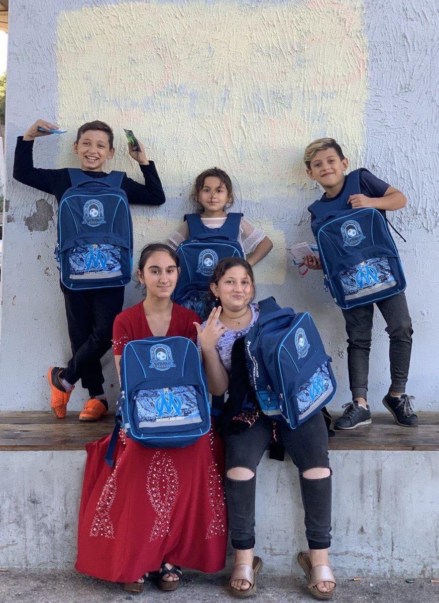 Pour la 3e rentrée consécutive, #OMFondation soutient l'association «L'Ecole au Présent» qui œuvre pour la scolarisation d'enfants issus de familles marginalisées à Marseille : + de 𝟭 𝟯𝟬𝟬 𝗳𝗼𝘂𝗿𝗻𝗶𝘁𝘂𝗿𝗲𝘀 offertes 💼🖊📘  Crédit photo : Jane Bouvier fondatrice de l'asso https://t.co/O9zKli7Aab