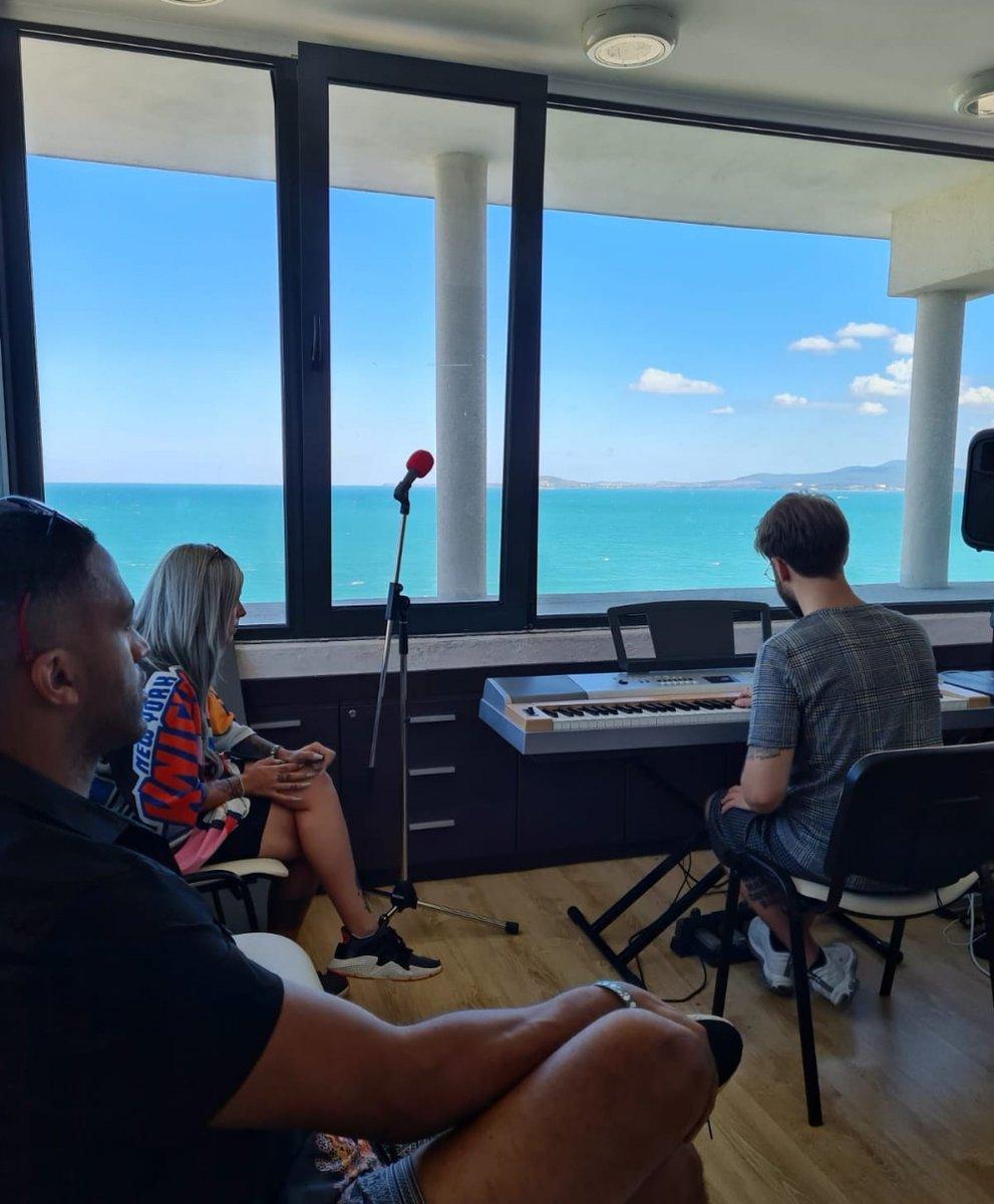 """¡Así ha sido el campamento de composición para la candidatura de la búlgara Victoria en 2021!  Empápate de toda la información acerca del proyecto impulsado por la delegación búlgara para Eurovisión 2021, el """"Black Sea Eurovision Songwriting Camp"""" https://t.co/UrYPYBoEK8 https://t.co/vkHZPdHE1X"""