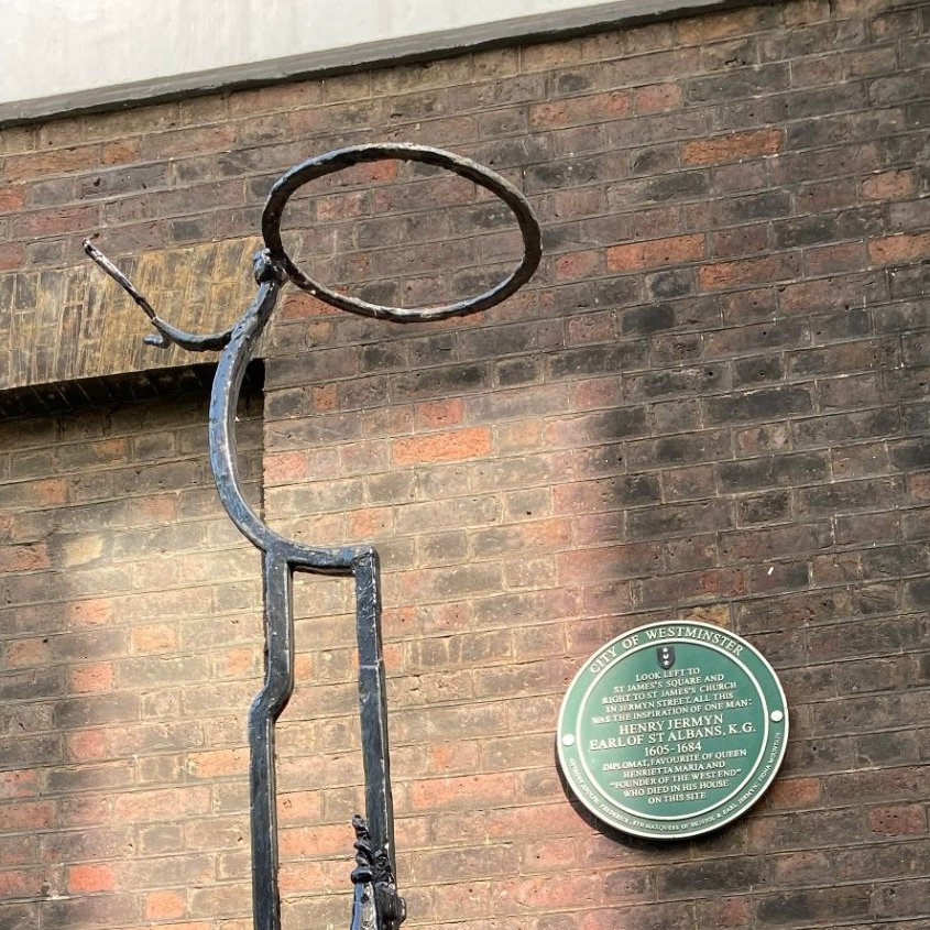 We're throwing in an extra #Query this morning. Robin in Shepperton was walking towards St James Square and he passed this unusual piece of wrought iron work. Does it mean anything to anyone? Can you help Robin and the rest of #London find out what it is and what it was used for? https://t.co/WMFaC1tzRX