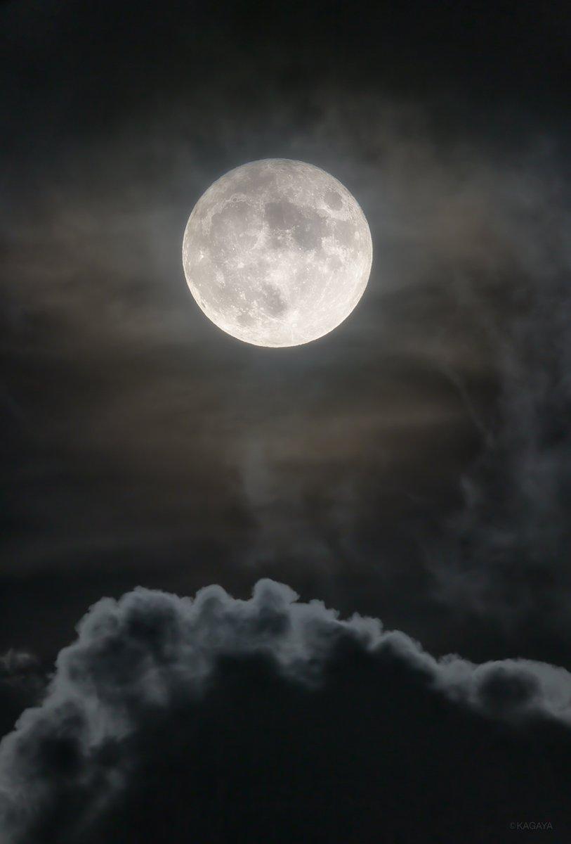 空をご覧ください。 南東に見事な満月が昇りました。 (今、望遠鏡を使って撮影) 中秋の名月は来月10/1です。 今日もお疲れさまでした。