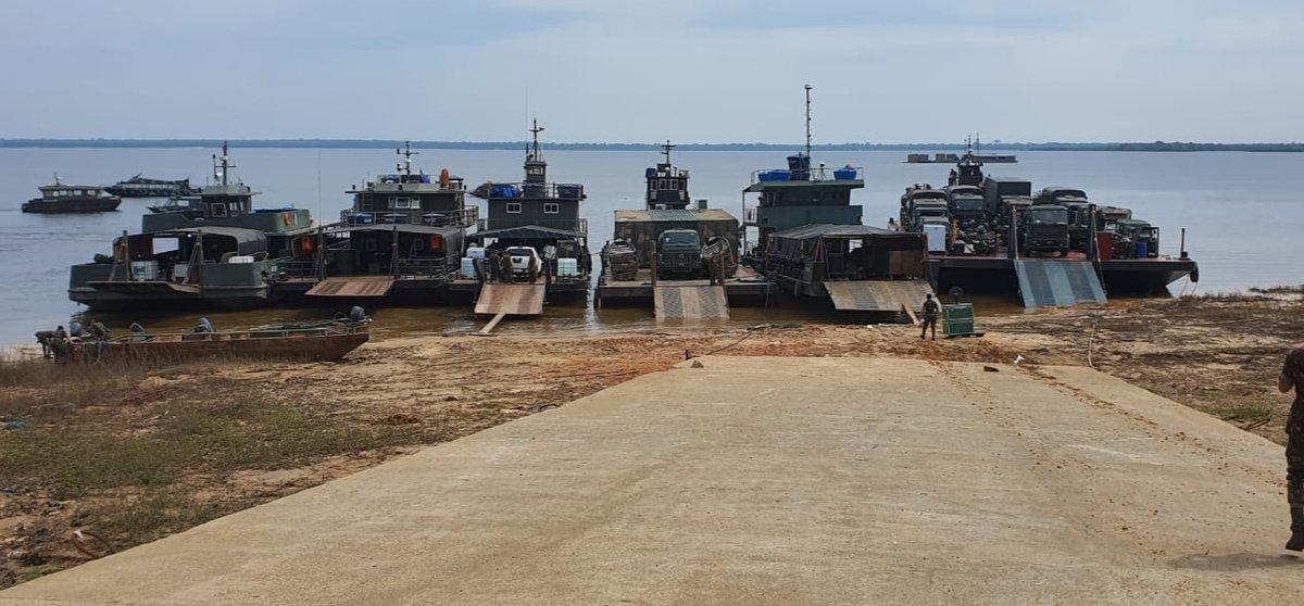 #CombateNaSelva - 16ª Brigada de Infantaria de Selva, Tefé/AM, inicia o transporte de seus meios logísticos para a #OperaçãoAmazônia. Serão 660 km de deslocamento pelas águas do Rio Solimões para prover e suprir as necessidades logísticas das tropas subordinadas. @DefesaGovBr https://t.co/9wvmWbhLMF