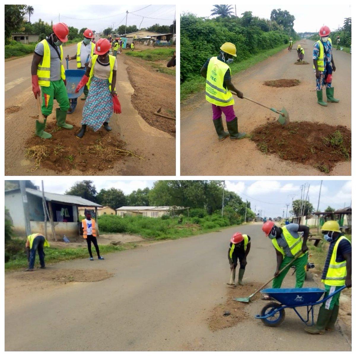 Du 20 août au 02 septembre, les VEC ont remblayé les trous qui se trouvent sur la nationale numéro 14 à Koussountou.  L'objectif est de réduire les accidents constatés sur cette route.  #VEC #JeMengage #CRVCentrale #ANVT https://t.co/PAtb8hmJZ7