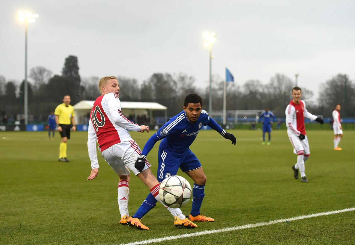 Donny van de Beek takes on @ChelseaFC with @AFCAjax in the 2016 #UYL quarter-finals ✍ ... now heading back to England with @ManUtd ✍ https://t.co/wP2LynCpk1