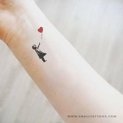 Pequeños Tatuajes On Twitter Pequeño Tatuaje Temporal De La Niña Del Globo Rojo De Banksy Cómpralo Aquí Https T Co Tbotshesij