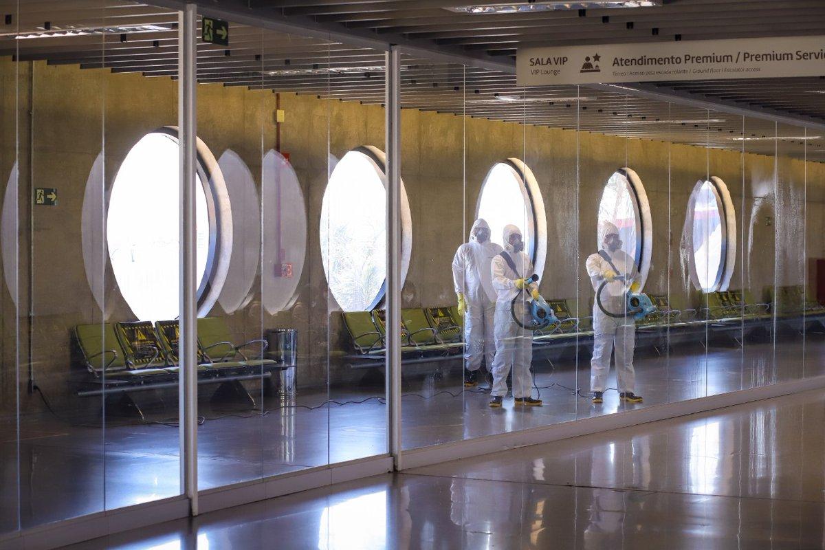 Hoje, o terminal internacional passou por uma desinfecção especial e completa. Faz parte de um processo meticuloso de sanitização.   Hmmmm... será que vem coisa boa por aí? #AeroportoBSB #Brasília https://t.co/FGvRRX12kB