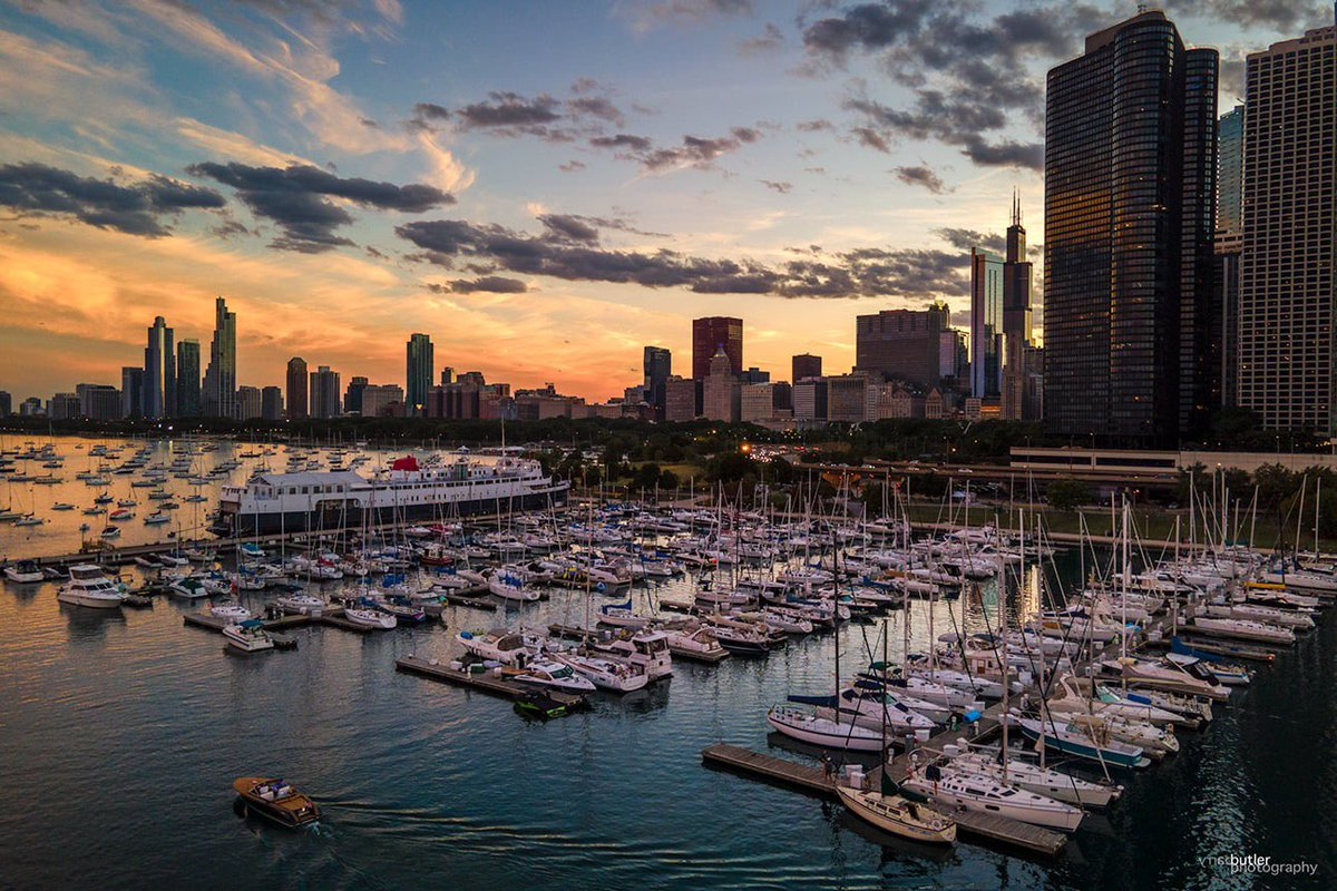 Day's End on Wednesday at Chicago's DuSable Harbor.  #weather #sunset #news #ilwx #chicago https://t.co/q6zOTFCI8r
