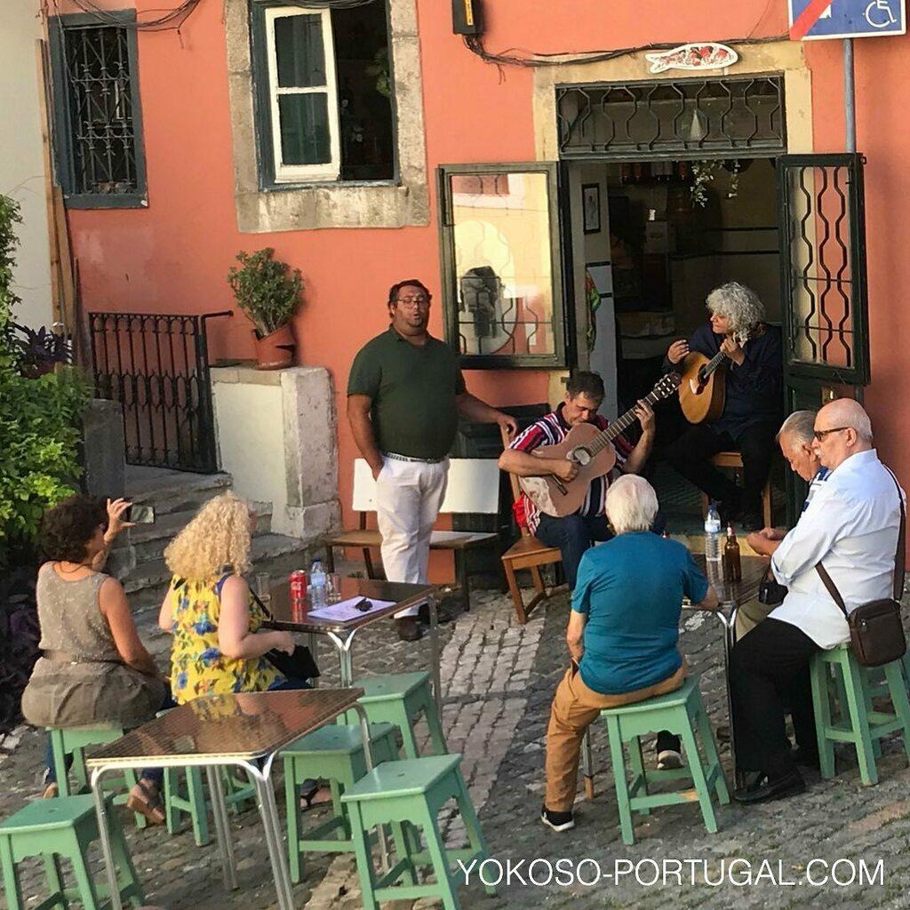 test ツイッターメディア - 小さなファドレストランは現在、ソーシャル・ディスタンスを保ち野外で演奏を楽しんでいます。 #ポルトガル #リスボン #ファド https://t.co/3CLFTylGml