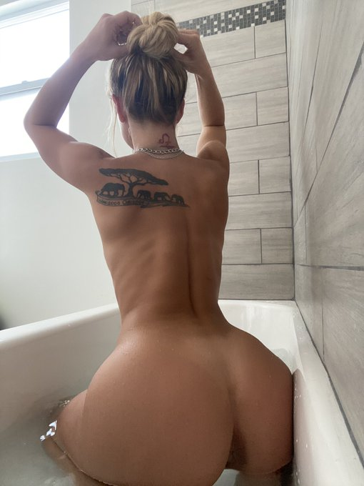 3 pic. I need a bigger tub 😢 https://t.co/uSC4o9dhVk