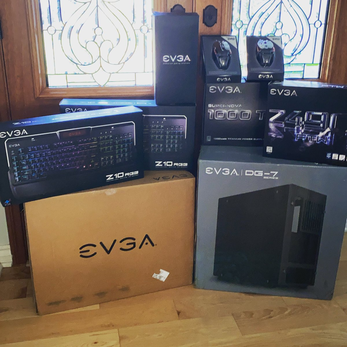 """Ding dong....I open the door....🤯🤯🤯! When my guy at @TEAMEVGA said he was sending something for me to """"check out"""" I didn't know he meant some THINGS!!! #christmascameearly https://t.co/4ULeEjfWrT"""