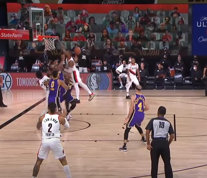【影片】太狠了!Lillard突破詹姆斯,面對一眉哥就是要隔扣,慘遭大火鍋伺候!-黑特籃球-NBA新聞影音圖片分享社區