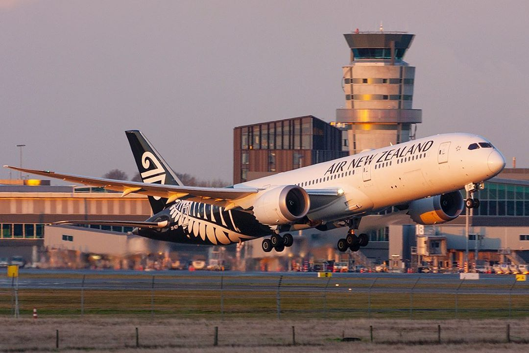 Taking off into the very last of the golden sunlight ☀💛 @FlyAirNZ   📸: https://t.co/y7zcHep8UN https://t.co/RXjI6cLYQw