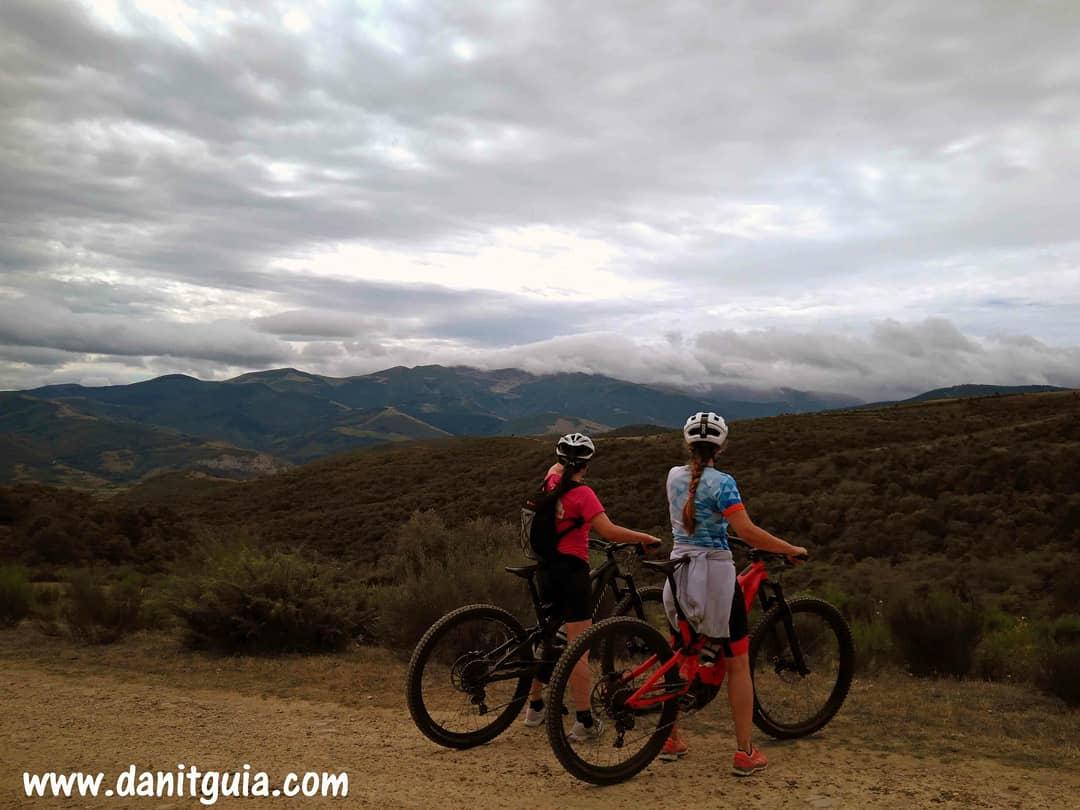 Disfrutando de la #montaña en una de nuestras rutas guiadas con #ebikes https://t.co/HvxRs7Lvr8 #Ezcaray @info_ezcaray #naturaleza #bike #guide #turbolevo #guiasdemontaña #bicicletas #mtb #escalada #senderismo #btt #turismoactivo #mtbguide #specialized  #alquilerdebicicletas https://t.co/6X9OPtWfAO