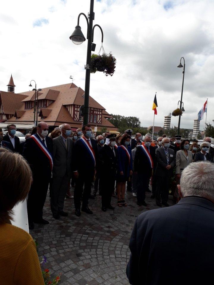 Patrick Venant, sous-préfet de Lisieux, a assisté, ce matin, à la cérémonie célébrant la libération de #Trouville-sur-Mer par la brigade #Piron. Composée de soldats belges et luxembourgeois, elle était placée sous le commandement de la 6ème division aéroportée britannique #Dday76 https://t.co/IClAMdMzDL