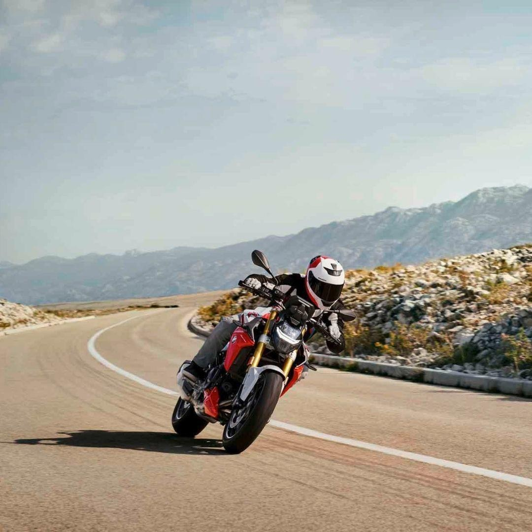 The perfect curve, the optimal braking point, the ideal acceleration line. The new #F900R captivates you and summarizes the entire fascination of motorcycling in every moment, making even good days a little more perfect. https://t.co/0fAPKuKWzv