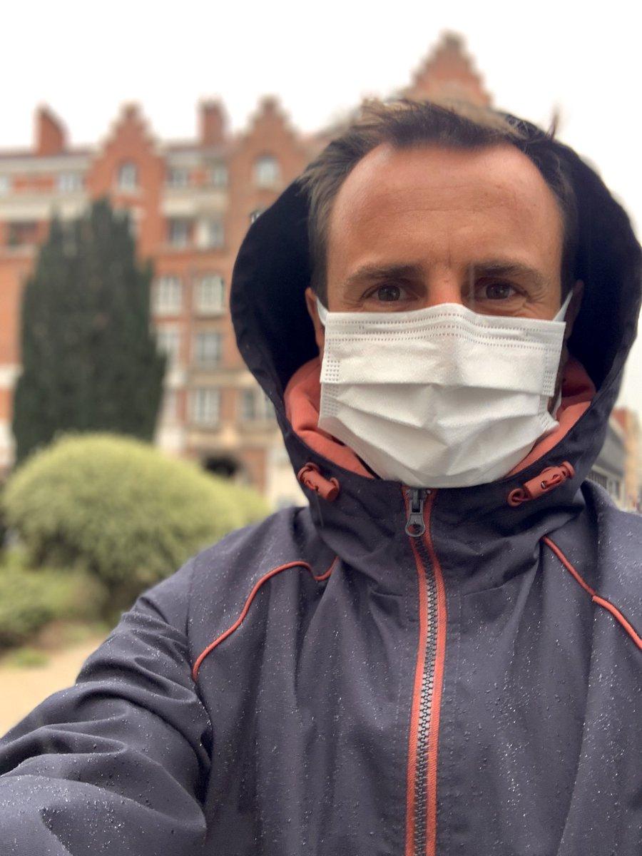 On nous dit qu'il ne faut surtout pas humidifier son masque, au risque d'altérer son efficacité... mais comment on fait s'il pleut ? 🤷🏻♂️ https://t.co/kiUxCv1Km4