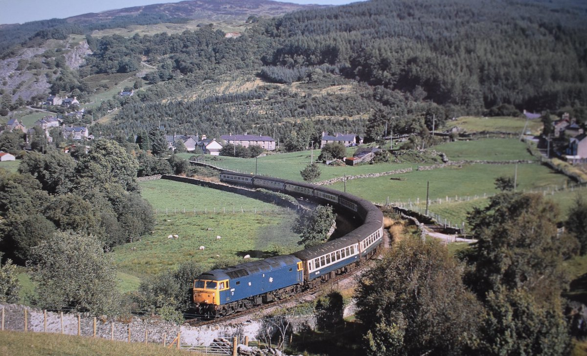BR Class 47 No 47610 climbing away from Dolwyddelan with the 2.50pm from Llandudno. Date: 11th September 1985 📷 Photo by Larry Goddard. #diesellocomotive #NorthWales #1980s @LeinDconwyVLine #BritishRail https://t.co/88XSz6ElFl