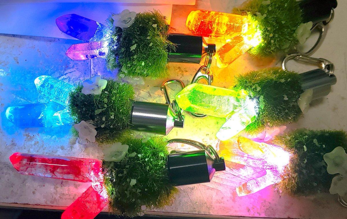 鞄に付けられる鉱石付きライトを7点ほど試作で作ってみたわ~。星森魔法市で販売したら良かった…w(ㅎᴗㅎ )販売しようか卸すか…。  #鉱石 #ライト https://t.co/4V8RoZCtfz