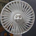 シュールすぎん??w扇風機の真ん中の凹みの径が偶然「あのキャラクターの顔」と同じだった。
